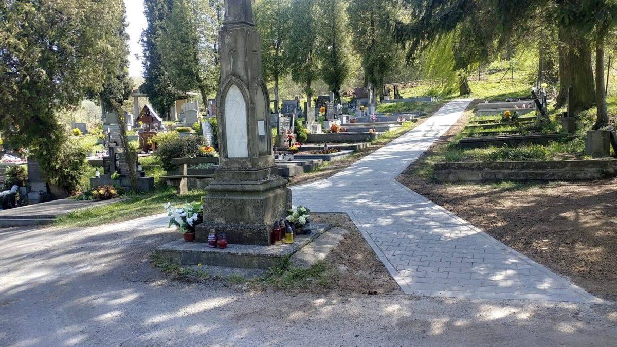 Chodník na hřbitově v Žilině